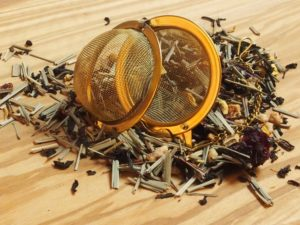 Spændende mørk te med naturlig citrus, vanille, jordbær, anis, hasselnød-krokant og lemongræs. Dejlig fyldig smag. Også kendt som Drømme Te.