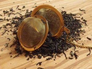 Denne High Tea er blandet med højlands Ceylon teer, højaromatiske Assam te, kinesisk Yunnan, Darjeeling I. flush, samt jasmin og osmanthus te som giver en behagelig og velsmagende teoplevelse.