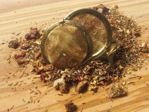 Rooibos urte te fra Sydafrika. Børnevenlig blanding med Honeybush, en urt fra det sydafrikanske højland, Æblestykker, Orangeblomster, Rosenblade, Hyldeblomster, Jordbær og KIWI.
