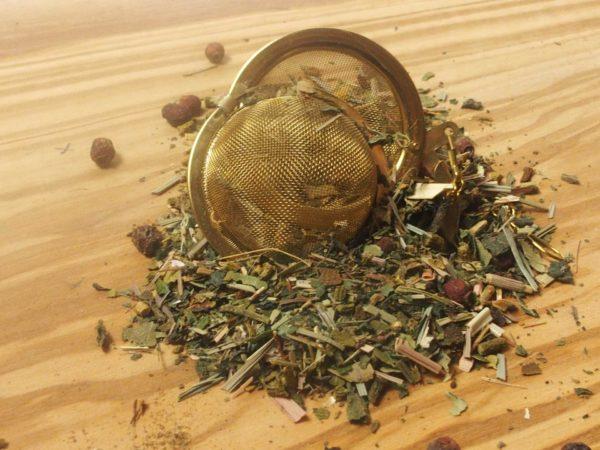Økologisk urte te blandet af Mistelten, hvidtjørn, brændældeblade, lemongræs, perikon, birkeblade, naturlig aroma, bønne skaller