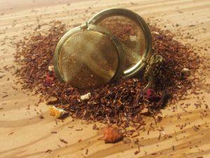 Rooibos urte te fra Sydafrika. Blanding med orangeskaller, æble stykker, rosenblade, kanel stykker og hele nelliker. En herlig duftende og krydret julete, der er blandet efter en gammel recept og som derfor minder om smagen af jule te før i tiden