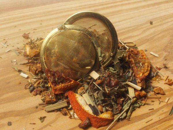 Urte te. En dejlig urte te med en frisk blød smag. Indeholder ud over rooibos også, æblestykker, lemongræs, orange, jernurt, vanillestykker og naturlig vanille aroma.