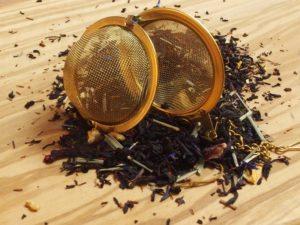 En potpourri af mange forskellige teer blandet med naturlig orange, vanille, jordbær, fløde, rooibos, lemongræs m.m.
