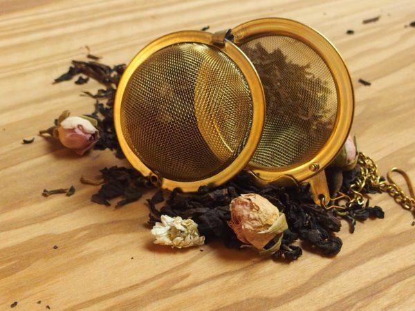 Denne eksklusive aromatiserede oolong te overrasker med en let krydret smag og friskhed fra passionsfrugt og æble. Teen er tilsat rosenknopper og kamilleblomster.