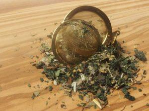 En blanding bestående af birkeblade, brændenælde, lakridsrod og gyldenris.