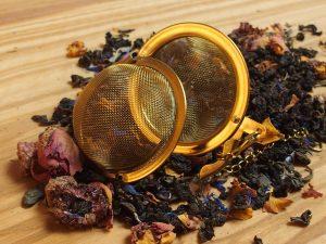 Denne grønne China Se Chun te er blandet med naturlig rosenblade, jernurt, jordbærstykker, hindbær og kornblomst. God frugtig og frisk te.