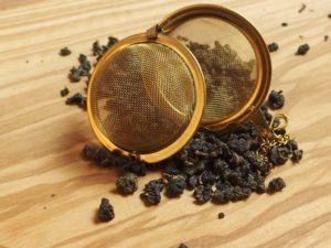 Oolong te der er rullet til små tekugler. Frisk og mild smag som i grøn te, dog ikke så fersk. Teen er garvesyresvag.