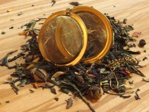 Hvid Pai Mu Tan fra Kina blandet med kirsebær, orange, solsikkeblomst og jasmin. Smagen er let sødlig.