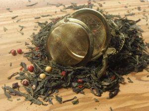 En af vore mest populære teer, der med naturlig rosen peber, chili, chokolade og kakao giver en dejlig og fyldig sødme. Teen er ikke så dyb som den sorte blanding, men mere karamel og fløde agtig.