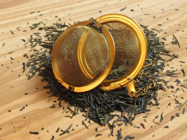 Grøn te fra Japan. Den bedste japanske rene sencha i vort sortiment. Mørkgrøne blade og en let sødlig og græsset kraftig smag. en Japansk te lige efter bogen.