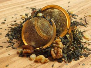 En let sødlig grøn te stykker af valnød og med en rigtig fin smag.Grøn te fra Kina. Denne blanding indeholder ud over naturlig aroma også hele VALNØDDER, krokant ( HASSELNØD, sukker) , kokos, kandaniseret ananas og MANDELFLAGER.