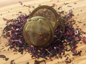 Blomsterne giver en frisk, syrlig aroma fra sig. Hibiscusblomster er velegnet til blanding med andre teer, men kan også nydes ren evt. som kold te om sommmeren.