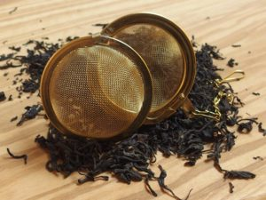Kinesisk mild te med let sødlig og en intens aroma, mindre røget i smagen end andre teer fra Keemun. En stor te, som kan drikkes dagen lang.