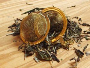 Hvid te fra Kina der yder en mild og let blomsteragtig smag. Fine flotte teblade blandet med rene topskud.