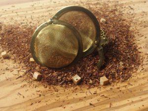 Rooibos urte te fra Sydafrika. En god duft og let sødlig smag af karamel. Indeholder karamel stykker