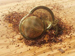 Rooibos urte te fra Sydafrika. En god kraftig smag af marcipan tilsat MANDELFLAGER. Velegnet som aften te.