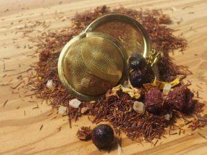 Rooibos urte te fra Sydafrika. En dejlig rund og sødlig blanding bestående af kandaliserede ananasstykker, papaya, mango, jordbærstykker, naturlig aroma, og solsikkeblomst. Velegent som is te
