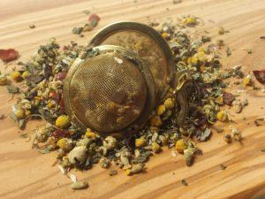 Urte te blandet efter opskrift fra USA. Kamilleblomst, perbermynte urt og hybenskal giver en god fyldig smag og beroliger halsen