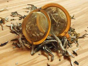 Populær kinesisk hvid te, der på grund af sine store lange topskud er en meget mild og sart te, med en lys farve i koppen.