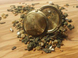 Fine japanske grundteer (Genmeicha, Matcha, Gunpowder) blandet med ananas giver en dejlig let sødlig læskende te.