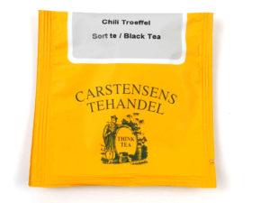 Tebrev med Sort Chili Trøffel te til undervejs eller bare til en enkelt god kop te. Sort grund te fra Ceylon og Indien. Denne specielle te indeholder rosen peber, chili, chokolade stykker og kakao. Smagen er varm og dyb pakket ind i en dejlig sødme. Teen er tilsat en mild chili der primært har til formål at støtte op omkring chokoladesmagen. Sort te, kakaostykker, aroma, rosen peber, hvid chokolade (sukker, fuldkorn crisp(HVEDEMEL,STIVELSE,KIM,sukker,salt),kakaosmør,MÆLKEPULVER,SOJALICITHIN,vanilie)(2,5%),chili (1%)