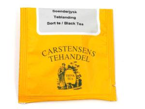 Tebrev med Sønderjysk Teblanding til undervejs eller bare til en enkelt god kop te. Vores mest populære teblanding. Teen er velegnet som eftermiddags- og aftente til kager eller bare som en ren nydelse. Teen er let sødlig med eftersmag af vanille og orange. Indeholder desuden blå kornblomster og rosenblade. Caféernes og restauranternes yndlingste.