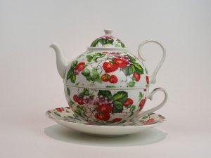Porcelæns tekande og tekop i én. Kanden indeholder 0,7 liter, her med motiv af jordbær.