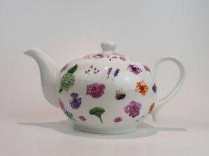 Porcelæns tekande 1,3 L med motiv af forskellige blomster.