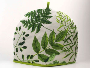 Hvid tehætte med forskellige grønne blade.