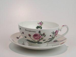 Porcelæns tekop med underkop med motiv af roser.