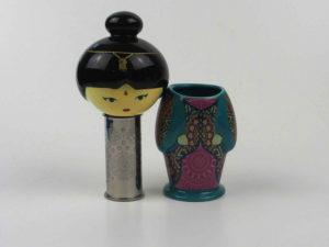 Smart tesi i stål med forskellige figurer udført i keramik.