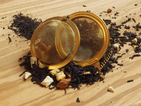 En var og krydret te, der bedst nydes om vinteren og til julehygge. Indeholder naturlig kanel,MANDELSTYKKER og orangestykker