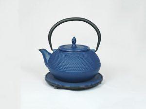 Støbejerns Tekande incl. rustfristål filter, model ARARA i blå. Volumen: 1,2 liter. Disse støbejernstekander er håndlavede kunstværker, lavet i en sjældne sandstøbningsproces efter japanske tradition. Med op til 40 udførlige trin i hvert produkt, er hver støbejerns tekandeen farverig unika. Farve og størrelse kan derfor variere lidt.