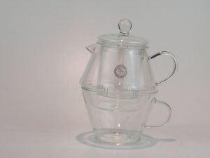 Tekande fra Bredemeijer i glas med tilhørende kop. Tesi i glas medfølger. Kande 400 ml og kop 250 ml.
