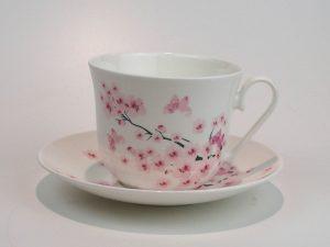 Flot porcelæns tekop med underkop 0,5 L med motiv af kirsebærblomter.