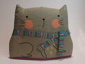 Tehætte udformet som kat med halstørklæde og røde kinder.