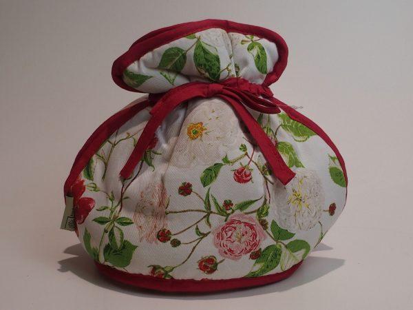 Tehætte med bindebånd med motiver af roser.