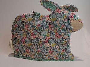 Tehætte udformet som kanin, i flotte farver.