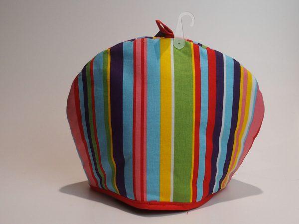 Tehætte med striber i forskellige farver.