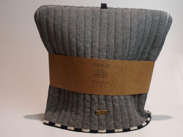 Denne flotte tehætte fra Oyoy er et must i hjemmet. Tehætten er i glat strik. Materiale: 100% økologisk bomuld Farve: offwhite ogantracit Mål: H30 x B32 cm